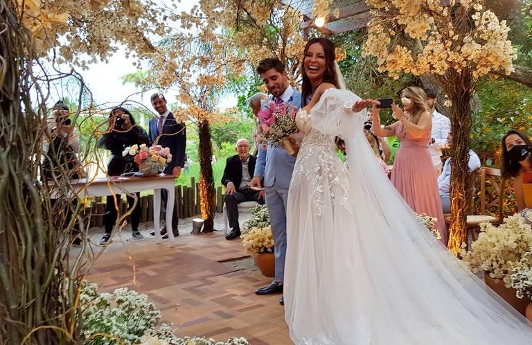 Carol Nakamura se casa com o empresário Guilherme Leonel, em Búzios (RJ)