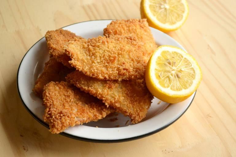 Aprenda a fazer sanduíche de peixe empanado