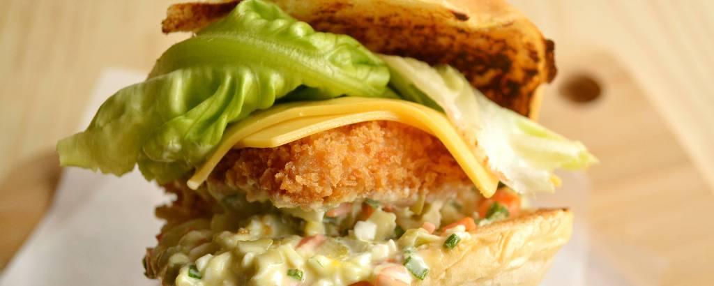 Sanduíche com filé de tilápia empanado