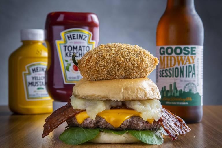 A 1445 oferece o Burger Max (R$ 38): hambúrguer bovino de 180g, queijo cheddar, bacon caramelizado no molho barbecue da casa, purê de maçã verde e agrião no pão brioche