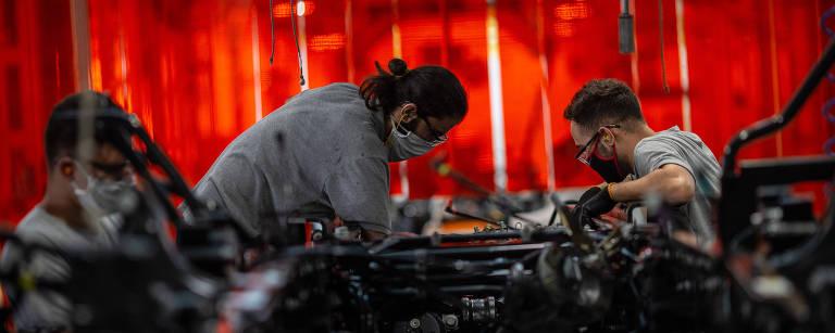 Volta ao trabalho na montadora de caminhões Mercedes-Benz