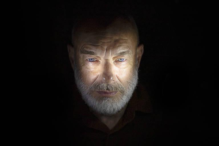 Retrato do músico Brian Eno