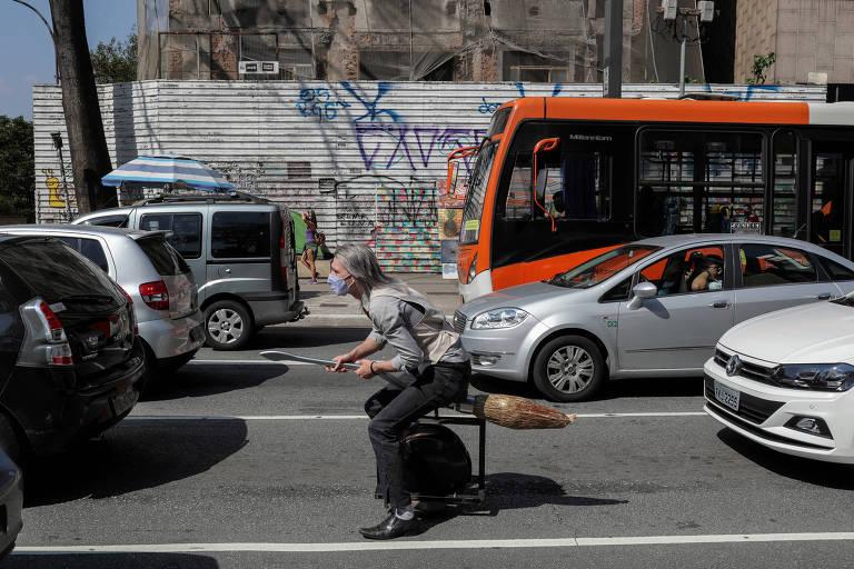 Alessandro Russo sobre sua vassoura na Avenida Paulista