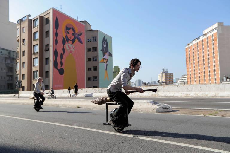 Vassouras sobre monociclos viram 'alternativa' para driblar trânsito em São Paulo