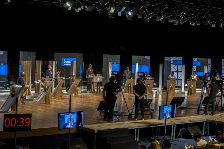 Candidatos posicionados para debate na TV Cultura