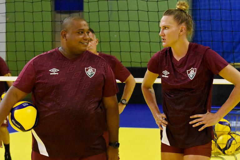 O técnico do Fluminense, Hylmer Dias, conversa com Mari durante treino