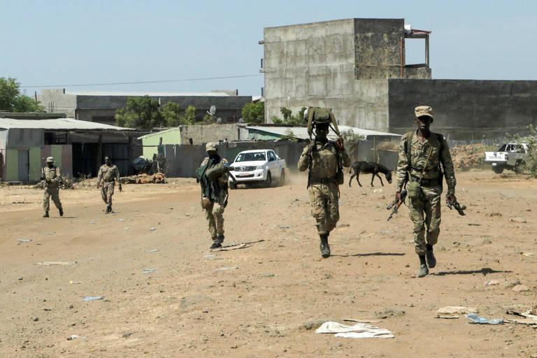 Membros das forças especiais do governo especial da Etiópia retornam a base após conflitos com membros da Frente de Libertação dos Povos do Tigré
