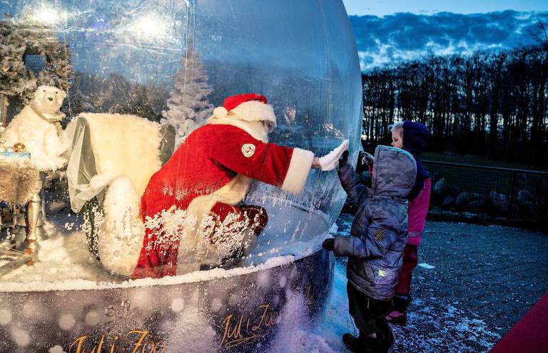 Papai Noel usa bolha para conversar com criança na Dinamarca; veja fotos de hoje