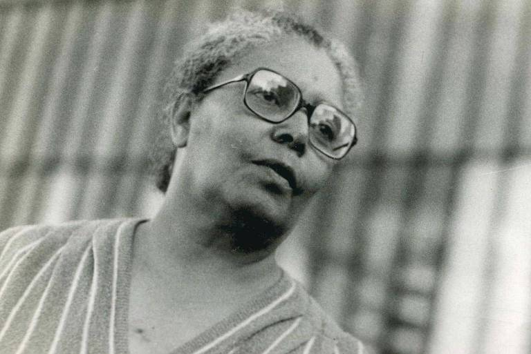 retrato em preto e branco de mulher negra, de óculos