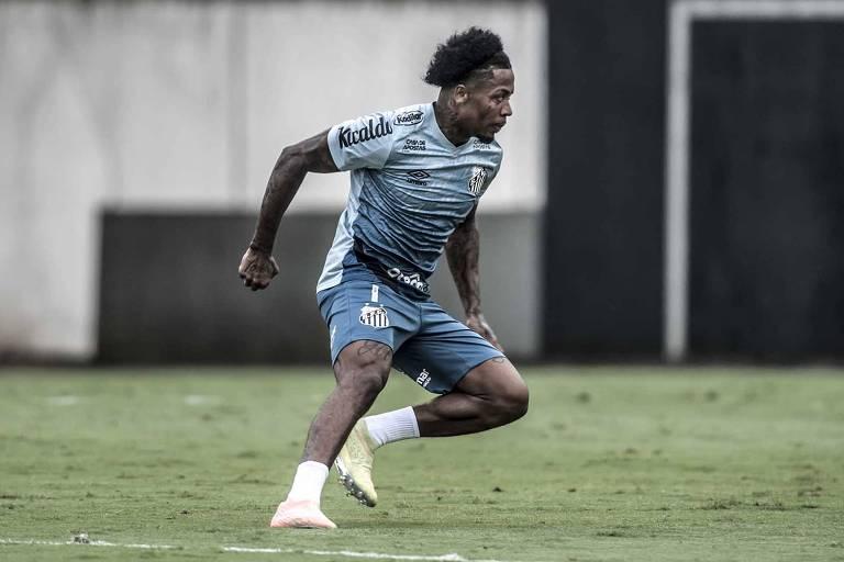 Marinho faz exercício em treino do Santos