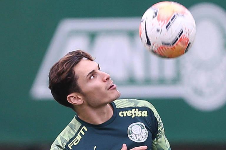 O jogador Raphael Veiga cabeceia a bola em treino do Palmeiras