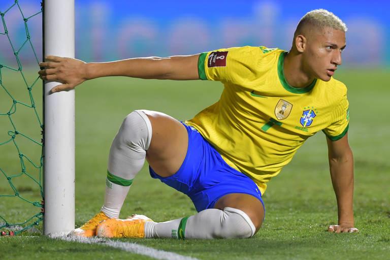 Richarlison se levanta próximo à trave, logo após desperdiçar chance de abrir o placar para a seleção brasileira contra a Venezuela, pelas Eliminatórias para a Copa do Mundo de 2022, no Morumbi