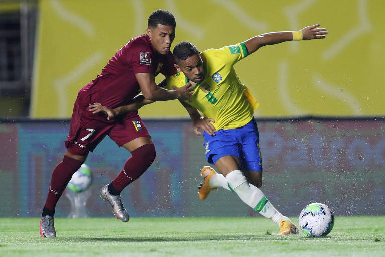 Renan Lodi, da seleção brasileira, tenta escapar da marcação de Darwin Machis, da Venezuela, em jogo das Eliminatórias para a Copa do Mundo de 2022, no Morumbi