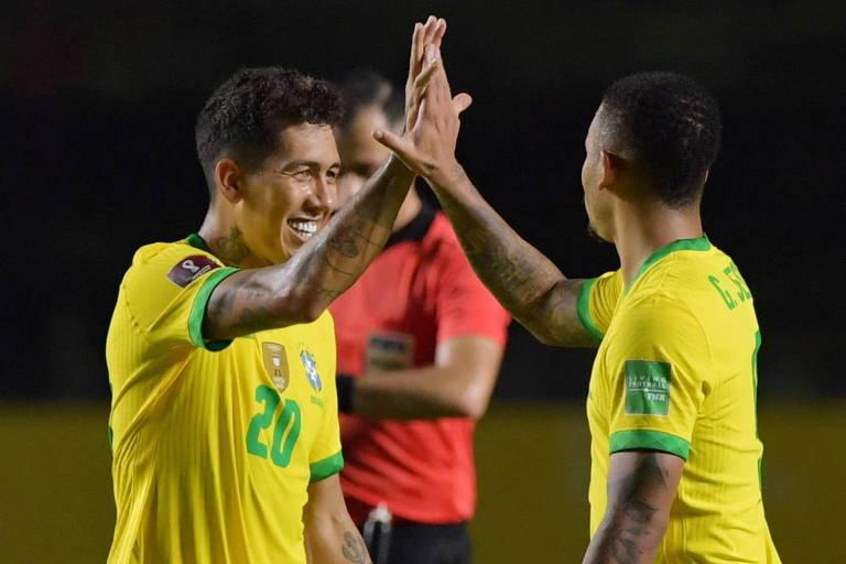 Roberto Firmino (à esq) comemora com Gabriel Jesus o seu gol pelo Brasil contra a Venezuela, pelas Eliminatórias da Copa do Mundo de 2022
