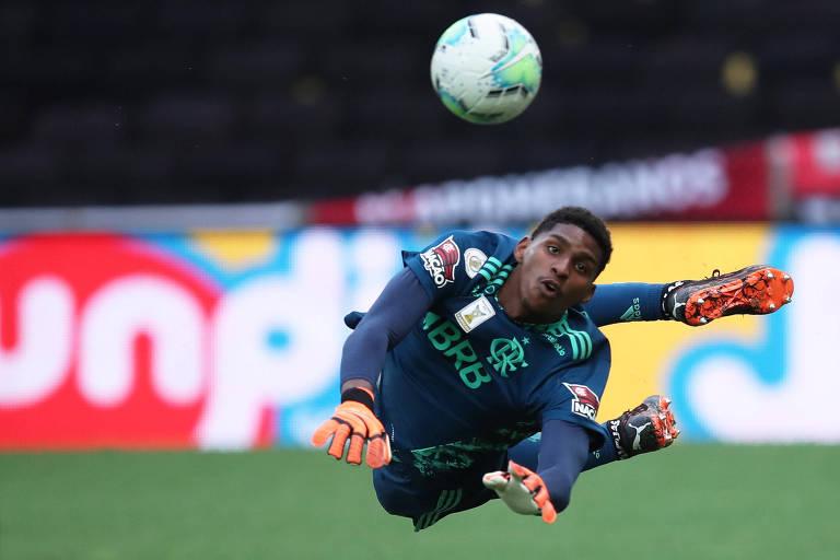 Zagueiros e goleiros brasileiros precisam aprender a sair com a bola
