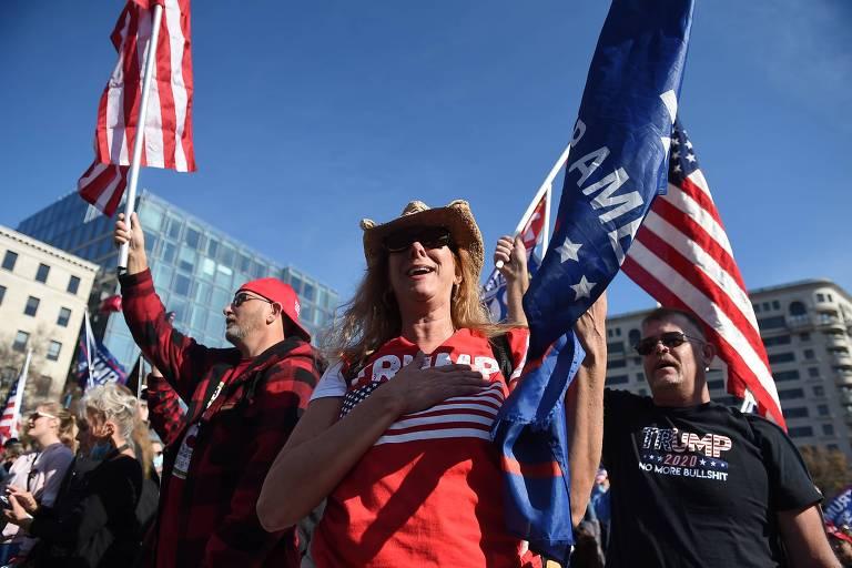 Apoiadores de Trump marcham em defesa de alegações falsas sobre a eleição; presidente passa e acena