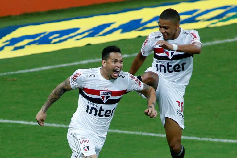 Luciano comemora um de seus dois gols pelo São Paulo contra o Fortaleza