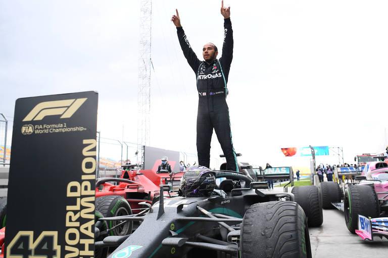 Hamilton, da Mercedes, está em pé sobre seu carro