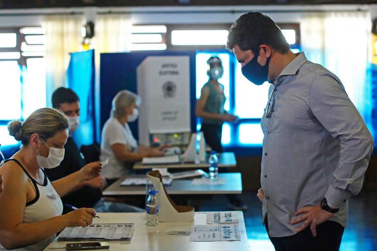 Sérgio Moro, Ex-Ministro da Justiça e Segurança Pública do Brasil, vota no Clube Duque de Caxias, em Curitiba.