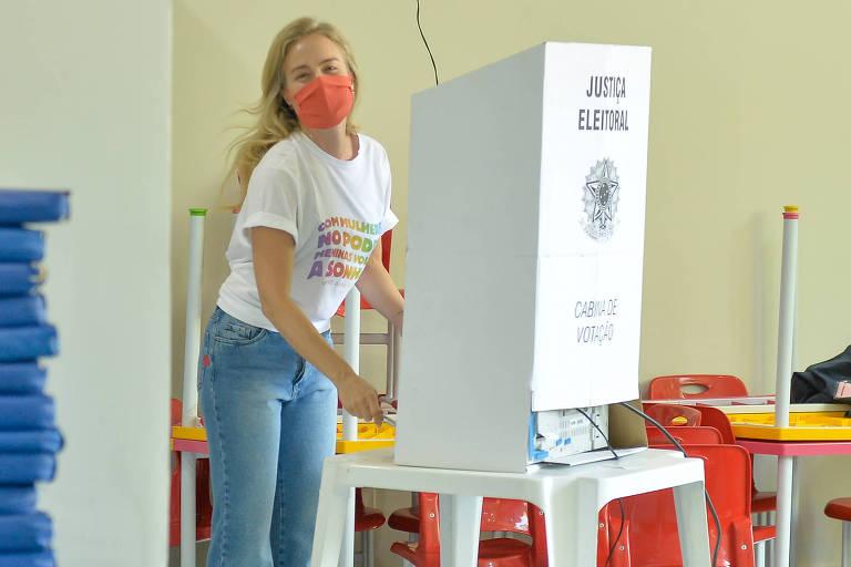 Com blusa de empoderamento feminino, Angélica vota no Rio de Janeiro