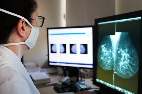 A médica radiologista Sílvia Sabino analisa mamografias realizadas no Hospital de Amor de Barretos (SP)