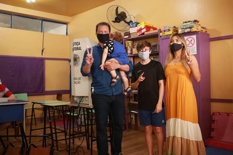 O prefeito de Porto Alegre, Nelson Marchezan Jr. (PSDB), que tenta a reeleição, durante seu voto, com os filhos Benício (colo), Neto, e a mulher, Tainá Vidal