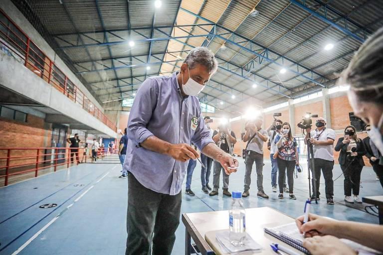 Candidato a prefeito de Porto Alegre, Sebastião Melo (MDB) durante sua votação
