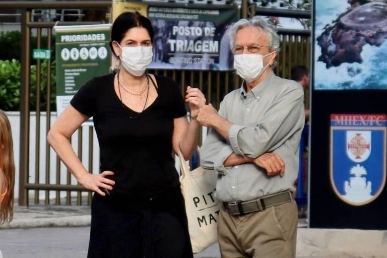 Caetano Veloso vota com a mulher, Paula Lavigne, no Rio de Janeiro