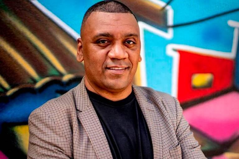 Presidente da Central Única das Favelas (CUFA), o produtor artístico e empresário Preto Zezé é entrevistado por uma bancada que inclui a jornalista Eliane Trindade, da Folha.
