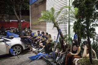Eleicoes para Prefeito em Sao Paulo.Apoiadores de  Bruno Covas (PSDB) , curiosos e jornalistas aguardam divulgacao da apurasao do tse em  frente ao comite do PSDB na rua Estados Unidos