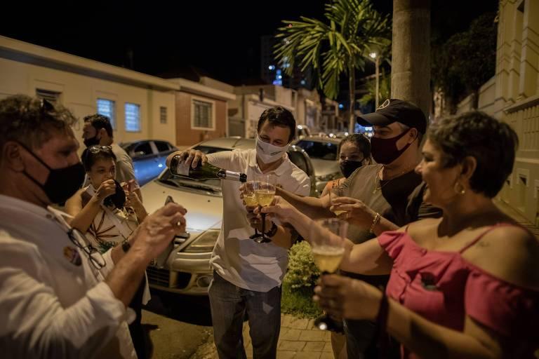 pessoas fazem brinde com champanhe