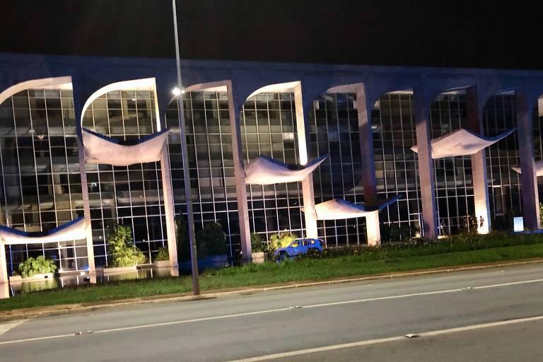 Carro invade espelho d'agua do Ministério da Justiça e polícia suspeita de atentado