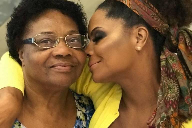 Mãe de Adriana Bombom, Dona Ernestina, morre aos 75 anos em decorrência a complicações causadas pela Covid-19