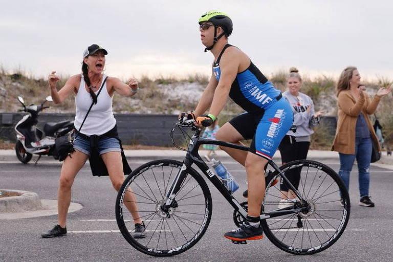 Espectadora incentiva Chris Nikic na transição da prova de ciclismo para a de corrida do Ironman
