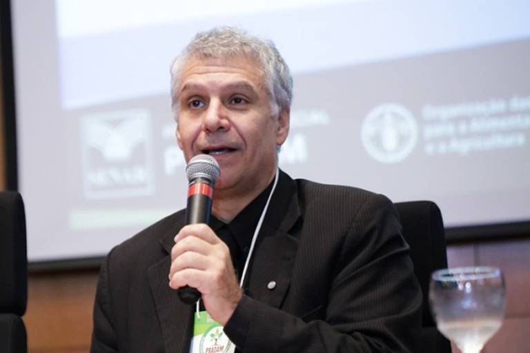 Gustavo Chianca fala no microfone