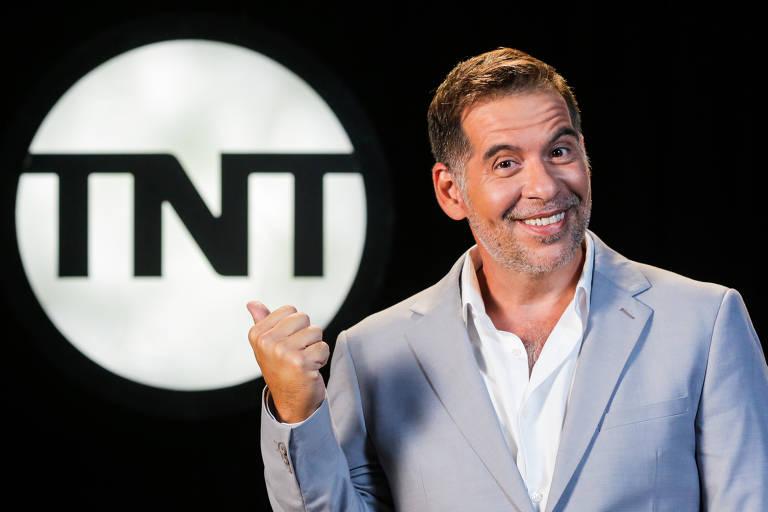 """Humorista, Leandro Hassum,  estreia retrospectiva """"2000 e Vishhh"""" em 23 de novembro, no canal TNT"""