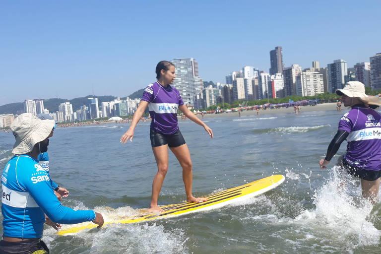A santista Jenifer Pavani Ribeiro, 39, durante aula de surfe