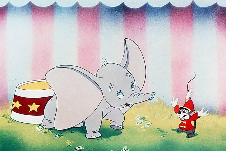 O elefante Dumbo conversa com um ratinho