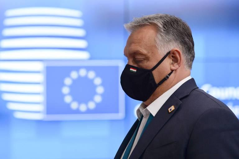 Com a bandeira da União Europeia ao fundo, o premiê da Hungria, Viktor Orbán, deixa encontro com outros líderes do bloco em Bruxelas