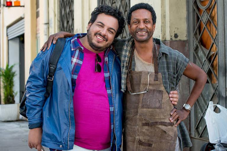 Machão entra em grave crise de identidade na comédia nacional 'Carlinhos e Carlão'