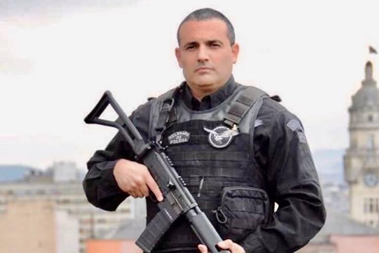 Delegado Palumbo, eleito com mais de 100 mil votos na Câmara Municipal de SP, posa para foto fardado com roupa da Rota e segurando uma arma estilo mmetralhadora
