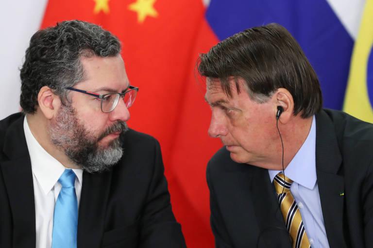 O presidente Jair Bolsonaro, à dir., ao lado do ministro das Relações Exteriores, Ernesto Araújo, durante cúpula do Brics