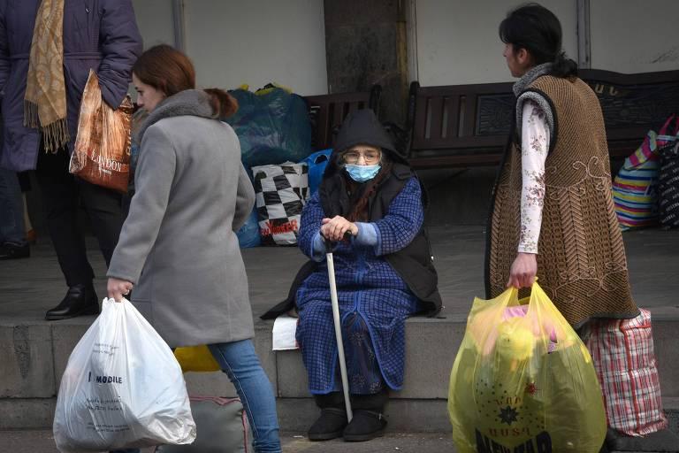 Refugiados de Nagorno-Karabakh esperam por ônibus para Stepanakert, capital regional, em Ierevan