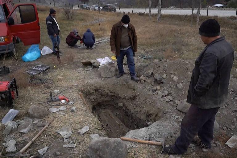 Armênios desenterram parentes antes de devolver área ao Azerbaijão; veja vídeo