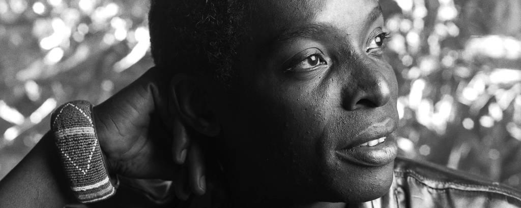 Homem negro jovem em foto preto e branco