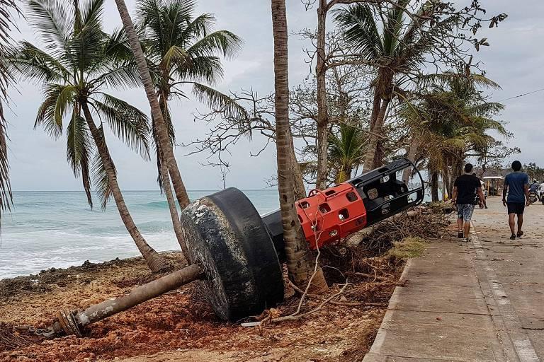 Boia de sinalização náutica é vista em praia na ilha de San Andrés, na Colômbia, após passagem do furacão Iota