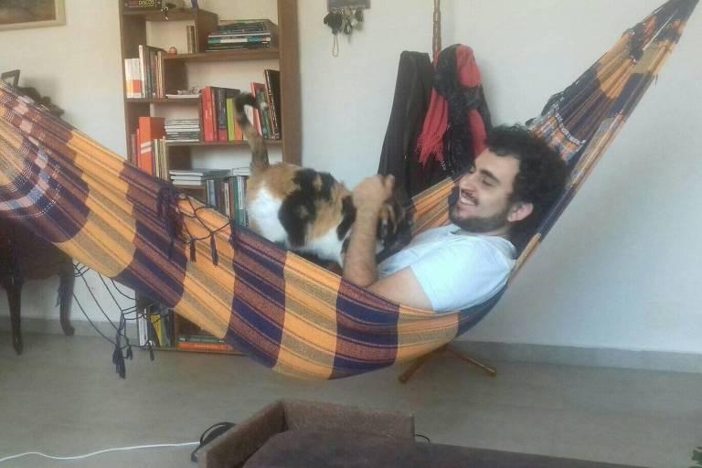 André na rede com uma de suas gatas