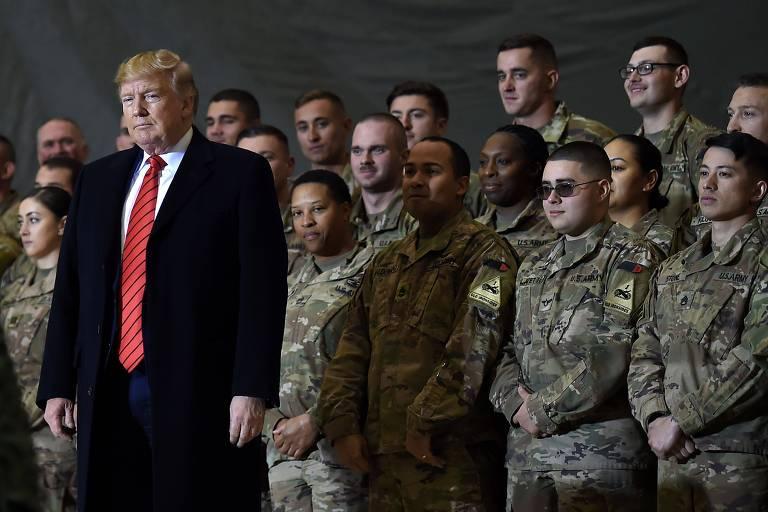Acompanhado de militares americanos, o presidente Donald Trump em base no Afeganistão