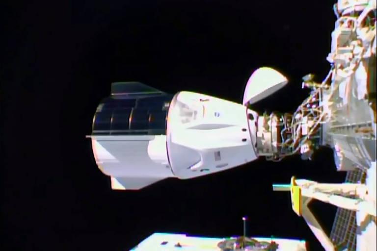 Astronautas entram na estação espacial após 1ª missão tripulada regular da SpaceX