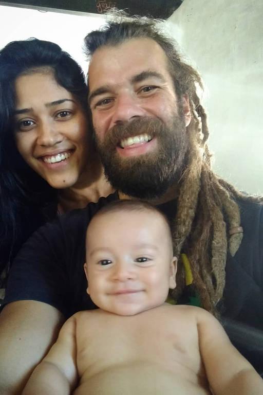 Mulher morena, de cabelos longos, homem de cabelos claros e barba e bebê